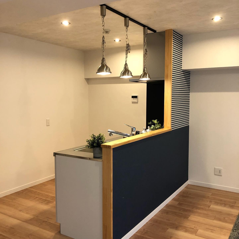 「明るくて使い勝手の良いキッチン。おしゃれで家族の団欒をイメージしてのリフォーム。ゆったりとした空間にゆったり目のエアコンで空調機能も充分。床の色もこのイメージに対して派手すぎず暗すぎずとても良い雰囲気で仕上がりました。工事費  150万円工期    14日間#リフォーム#リノベーション#キッチン#使い勝手#部分リフォーム#フローリング#クロス張り替え#気の利いた#住みながらのリフォーム#安心リフォーム#アメニティ(instagram)」